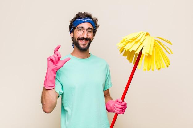 Jonge man die zijn eigen glimlach met beide handen inlijsten of schetst, er positief en gelukkig uitziet, wellness-concept