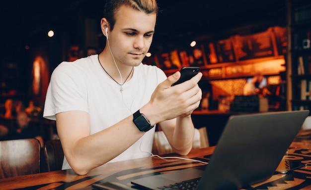 Jonge man die zijn smartphone bekijkt