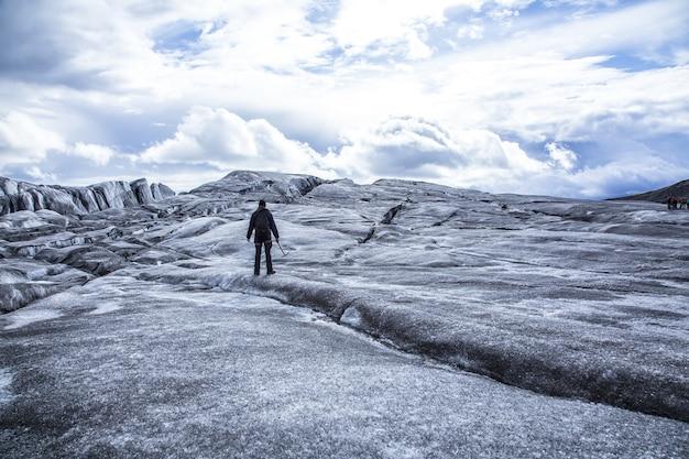 Jonge man doet de gletsjertrekking in ijsland