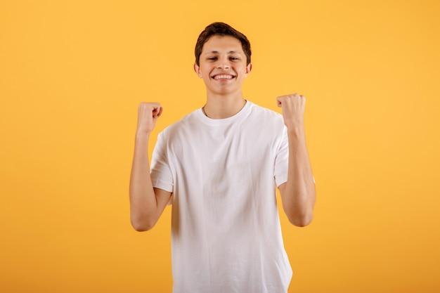 Jonge man doet een winnaar gebaar