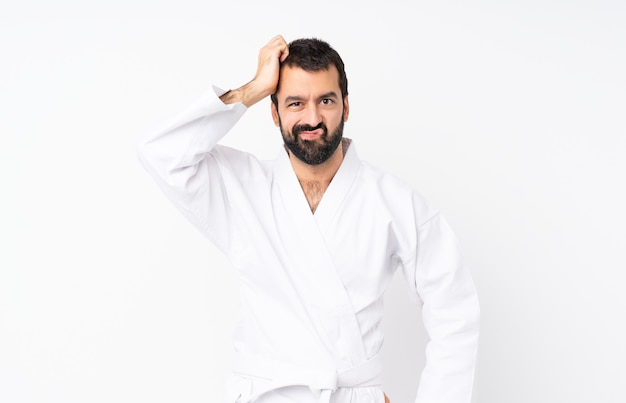 Jonge man doet karate met een uitdrukking van frustratie en niet begripvol