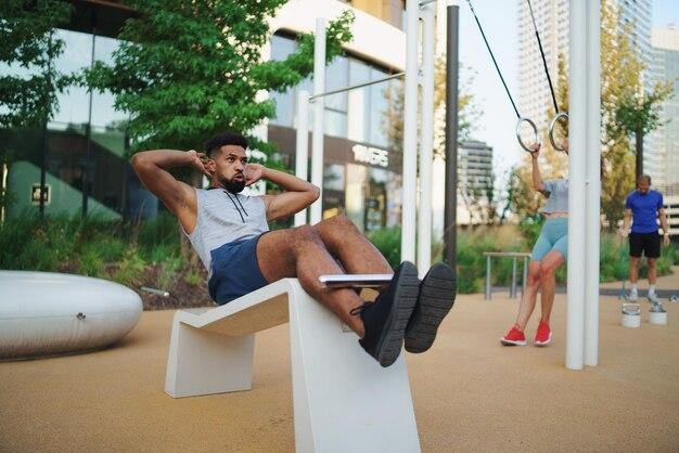 Jonge man doet training buiten in de stad, lichaamsbeweging en gezonde levensstijl concept.