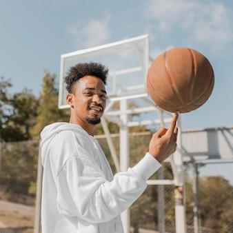 Jonge man doet trucs met een basketbal