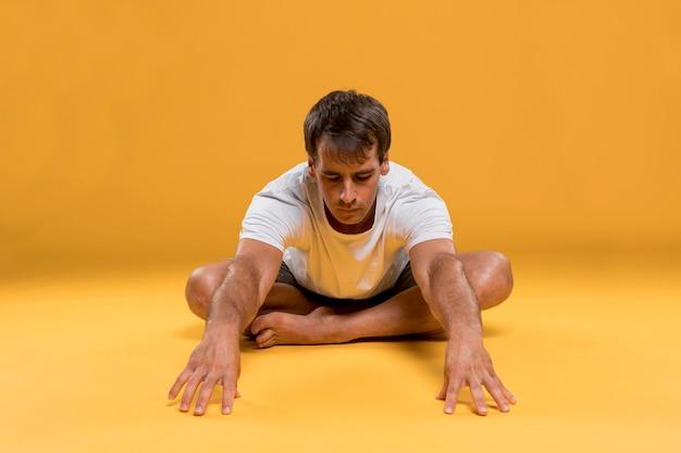 Jonge man doet yoga oefening