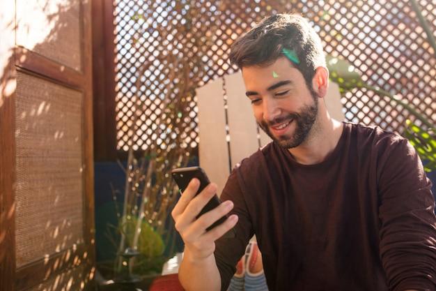 Jonge man een bericht te typen