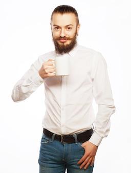 Jonge man een kopje koffie drinken