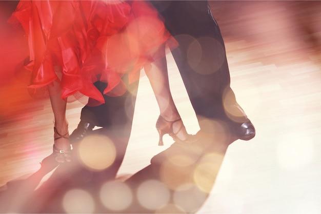 Jonge man en een vrouw dansen salsa