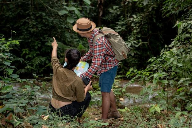 Jonge man en jonge vrouw wandelaar