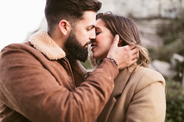 Jonge man en mooie vrouw die voorbereidingen treffen te kussen
