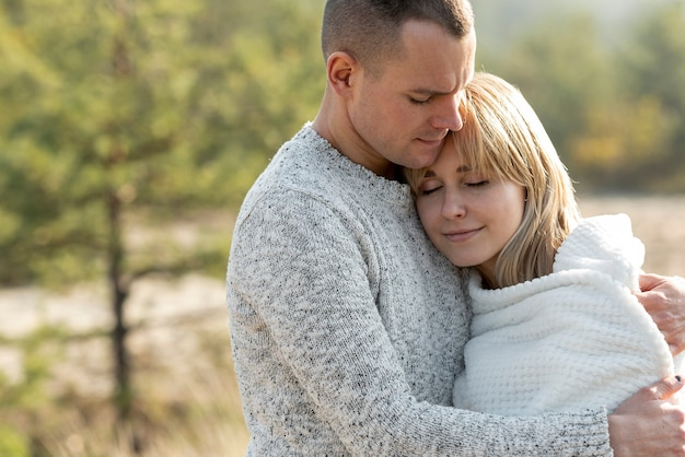 Jonge man en mooie vrouw knuffelen