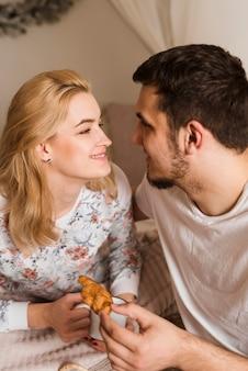 Jonge man en vrouw die elkaar bekijken