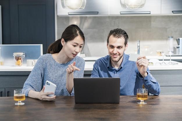 Jonge man en vrouw die online winkelen