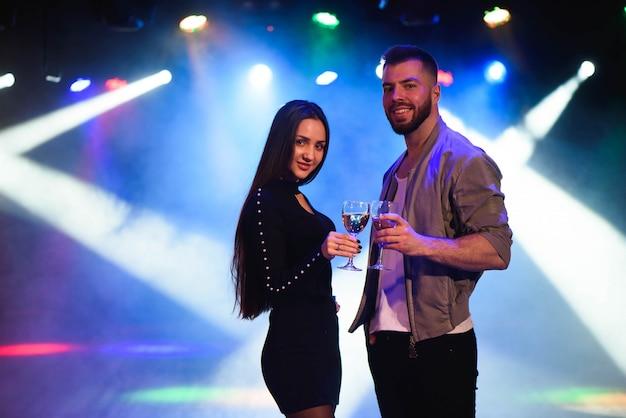 Jonge man en vrouw die van een partij genieten.