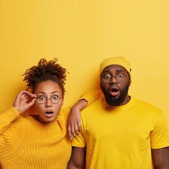 Jonge man en vrouw gekleed in geel