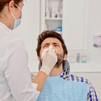 Jonge man en vrouw in een tandonderzoek bij tandarts