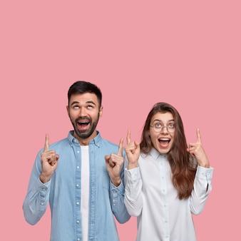 Jonge man en vrouw in overhemden poseren