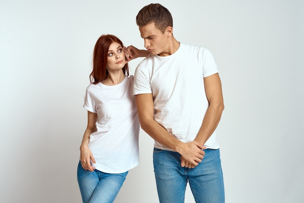Jonge man en vrouw in witte t-shirts