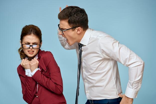 Jonge man en vrouw kantoorpersoneel communiceren