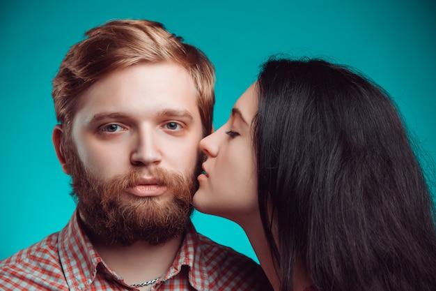 Jonge man en vrouw kussen