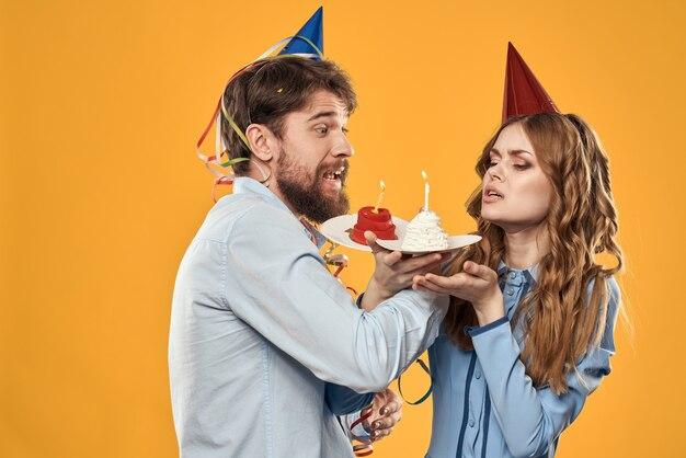 Jonge man en vrouw met een feesttaart