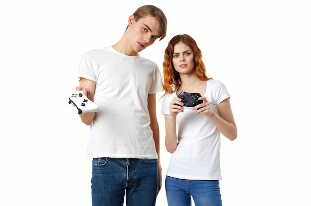 Jonge man en vrouw met joysticks spelen samen