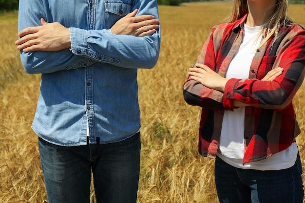 Jonge man en vrouw op gerstgebied. landbouwbedrijf