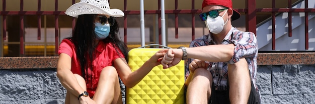 Jonge man en vrouw reizen tijdens een pandemie