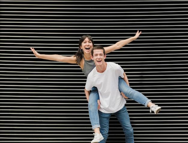 Jonge man en vrouw samen poseren