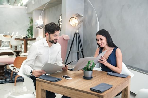 Jonge man en vrouw zitten in het restaurantconcept