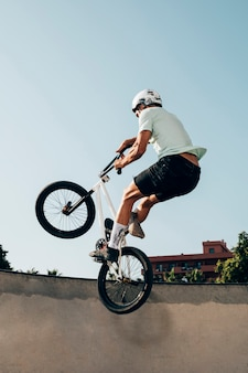 Jonge man extreme springen met fiets