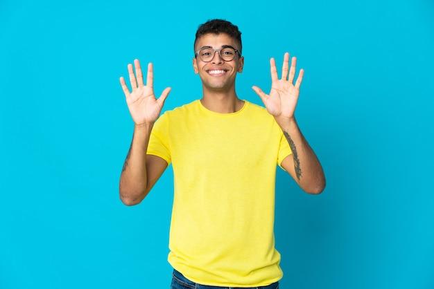 Jonge man geïsoleerd tien tellen met vingers