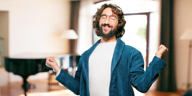 Jonge man gekleed in badjas nacht pak tevreden