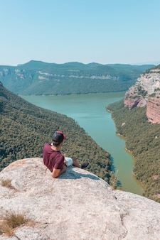 Jonge man geniet van het betoverende landschap van de morro de la abeja in tavertet, catalonië, spanje