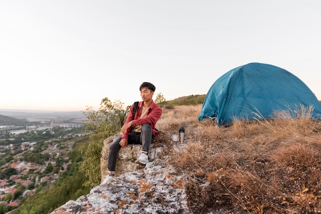 Jonge man genieten van tijd in de natuur