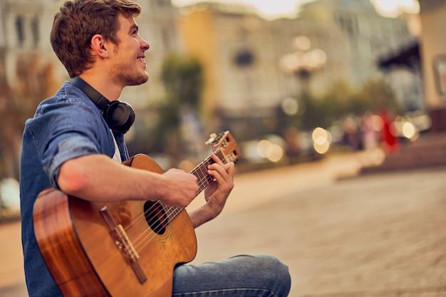 Jonge man gitaar spelen