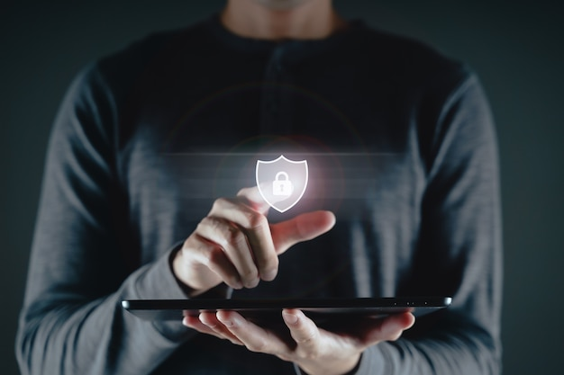 Jonge man hand aanraken op virtuele scherm hangslotpictogram. gegevensbescherming, informatieprivacy, cyberbeveiliging, ontgrendelen, internetnetwerktechnologieconcept.