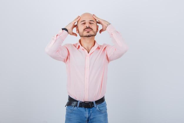 Jonge man hand in hand op het hoofd