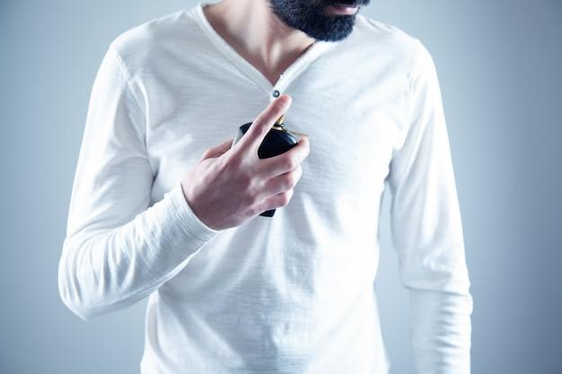 Jonge man hand met parfum