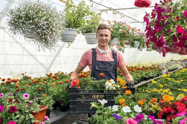 Jonge man het verzorgen van bloemen