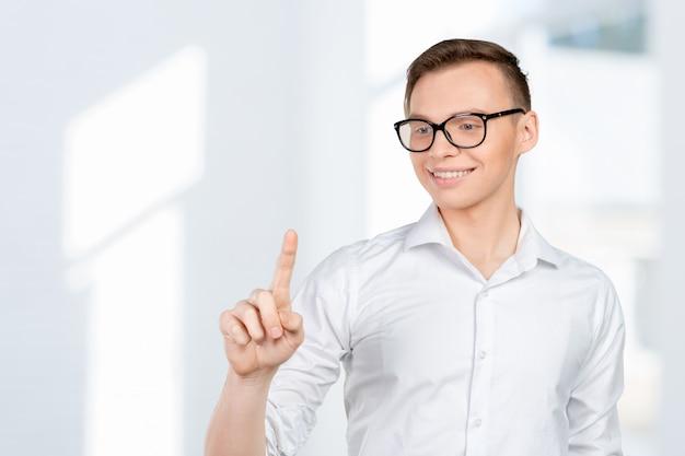 Jonge man het virtuele scherm aan te raken