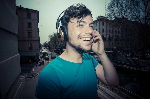 Jonge man hipster luisteren naar muziek