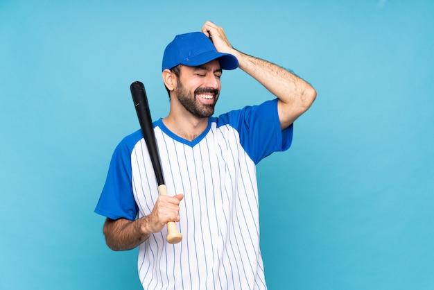 Jonge man honkbal spelen over geïsoleerde blauw heeft iets gerealiseerd en de oplossing voornemens