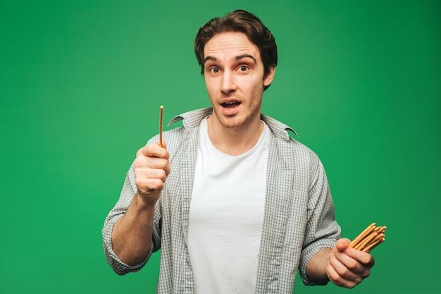 Jonge man houdt stro