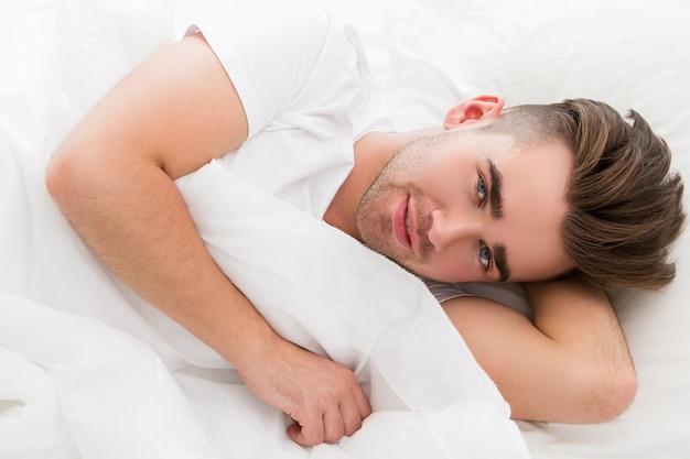Jonge man in bed
