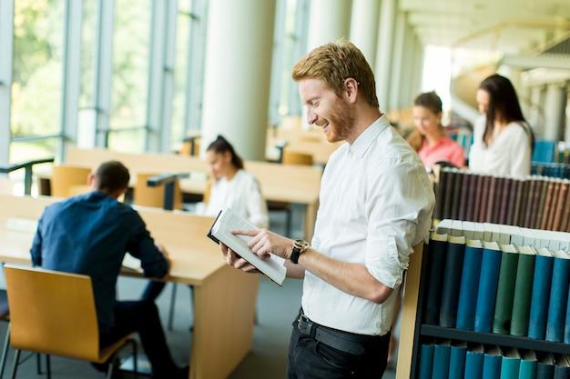 Jonge man in de bibliotheek