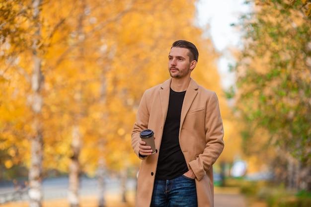Jonge man in de herfst in het park buiten