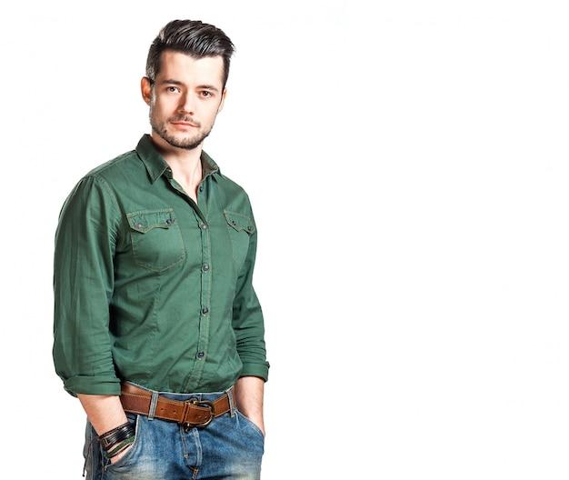 Jonge man in de studio op een witte achtergrond
