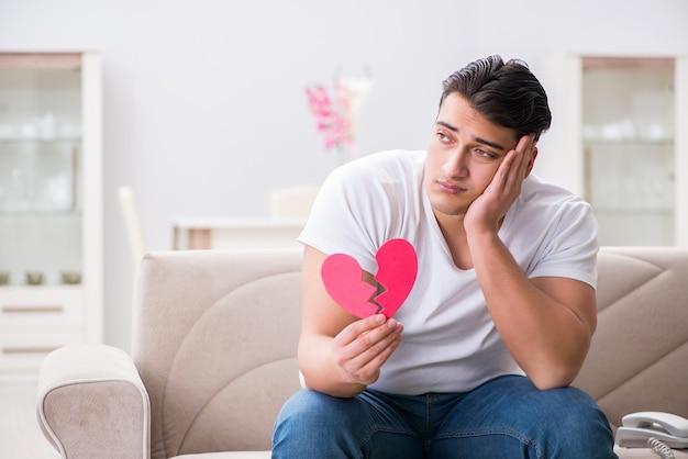 Jonge man in droevig heilige valentijnskaartconcept