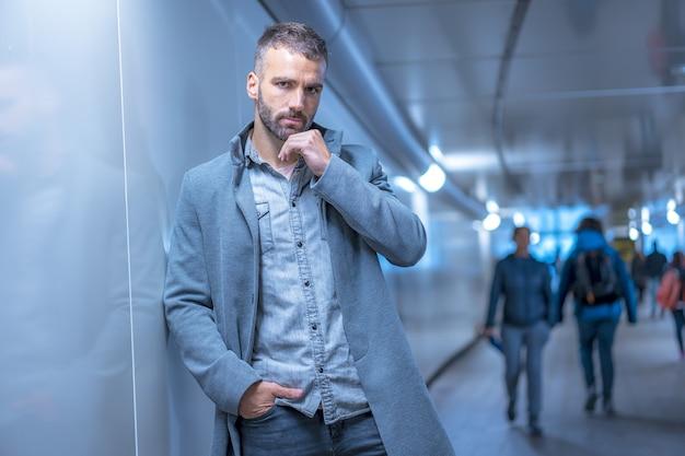 Jonge man in een fotoshoot in de stad san sebastian