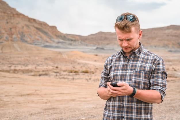 Jonge man in een geruit overhemd in alstrom point trail utah usa